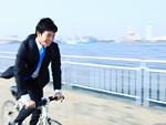 自転車に乗るビジネスマン