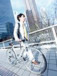 自転車を押すビジネスマン