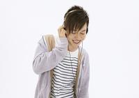 音楽を聴く若い男性
