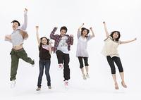 ジャンプする若い男女
