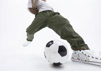 サッカーをする若い男性