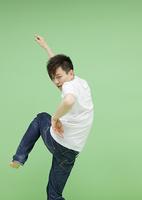 ダンスをする若い男性