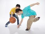 バスケットボールをする若い男性