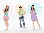 傘をさす若い男女
