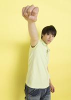 ガッツポーズをする若い男性