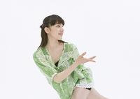 ダンスをする若い女性