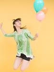風船を持つ若い女性