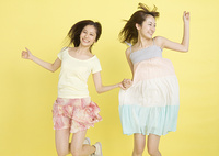 ジャンプする若い女性