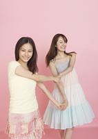 手をつなぐ若い女性