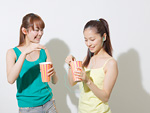 キャラメルポップコーンを食べる若い女性
