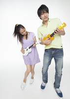 ウクレレを弾く若い男女