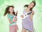 ウクレレを弾く若い女性