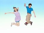 ジャンプする若いカップル