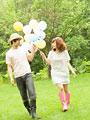 風船を持って歩くカップル
