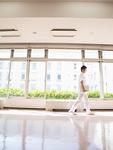 廊下を歩く看護師