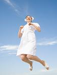 ジャンプをする看護師