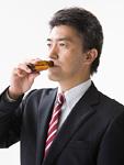 栄養ドリンクを飲む男性