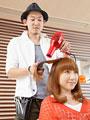 髪をブローする美容師