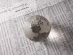 地球儀と英字新聞