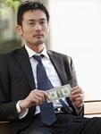 ドル紙幣を持つビジネスマン