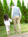 散歩をする祖父と孫