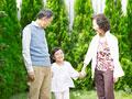 散歩をする祖父母と孫