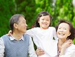 笑顔の祖父母と孫