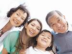 笑顔の三世代家族