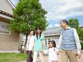 散歩をする三世代家族