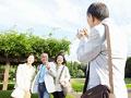 写真を撮るシニアグループ
