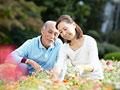 花の手入れをするシニア夫婦