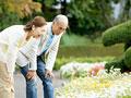 花を見るシニア夫婦