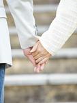 手をつなぐシニア夫婦