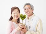 鉢植えを持つシニア夫婦