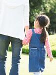 公園を歩く親子