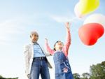 風船で遊ぶ祖父と孫