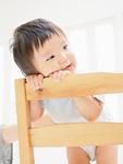 椅子に寄り掛かる赤ちゃん