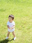 芝生に立つ男の子
