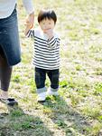 母親と歩く男の子