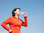 水を飲むシニア女性