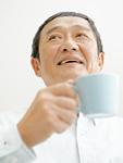 お茶を飲むシニア男性
