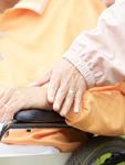 車椅子のシニア夫婦の手元
