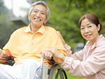 車椅子のシニア夫婦