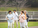 ジョギングをするシニアグループ