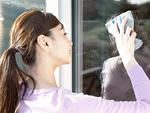 窓拭きをする女性
