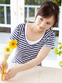 花を飾る若い女性
