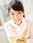 手帳を持つ若い女性