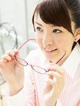 メガネを持つ若い女性