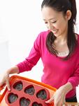 菓子作りをする若い女性