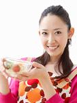サラダを持つ若い女性